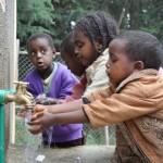 Niños jugando con el agua, Addis Abeba